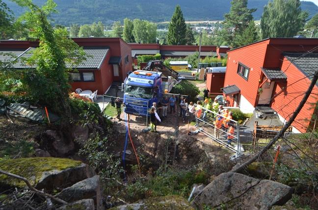 I borettslaget Brøttet i Drammen ble det etablert kirurgiske gravehull der Båsum Boring AS boret i fjell og løsmasser i en stjerneform for å trekke nye vannledninger inn til de 121 boenhetene. Dermed ble det realisert et nytt, felles rørsystem med minimal oppgraving. Foto: Odd Borgestrand